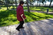 mulher-idosa-caminhando-pelo-parque-da-cidade-com-mascara-e-distancia-social-devido-ao-coronavirus-espanha_395383-688
