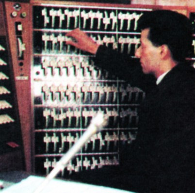 The lighting position. Two banks of dimmers behind the supervisor control the intensity of each light source, are linked to the switch keys on the left.