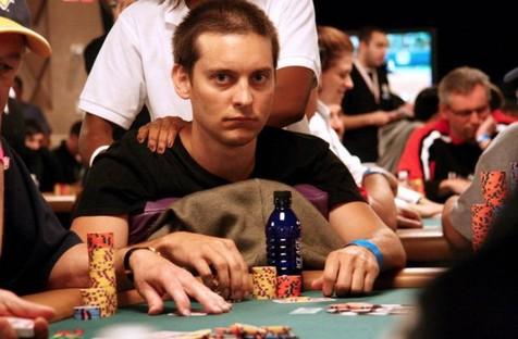 Tobey Maguire es un autntico capullo en la mesa de poker