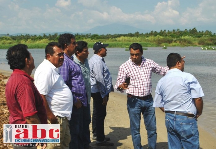 Pescadores del municipio de Coyuca de Benítez se resistieron a que las autoridades de Conapesca  y otras dependencias de gobierno del estado y municipal,  cerraran la barra de la laguna de Mitla,  porque  sufren inundaciones  en su hogares, en tiempo de lluvias.