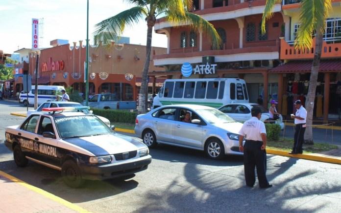 turistas-en-auto--zihuatanejo.jpg