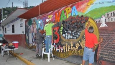 Photo of Artistas locales retocan el mural Ayotzinapa