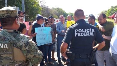 Photo of Padres de familia de Coahuyutla y La Unión bloquearon carretera federal Zihuatanejo-Lázaro Cárdenas