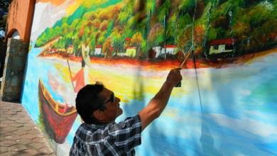 """Photo of Con ayuda de la gente """"El Gitano"""" elabora mural en la Plaza del Artista."""