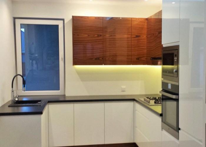 meble na wymiar do kuchni minimalistycznej podwieszany sufit