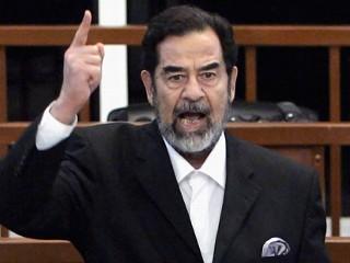 FOTO: Saddam Hussein striga ca el primește verdictul său vinovat în timpul procesului său, 5 noiembrie 2006, la Bagdad, Irak.