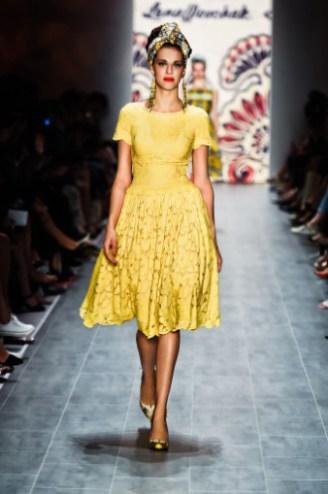 Sommerkleid gelb mit Tellerrock aus Spitze