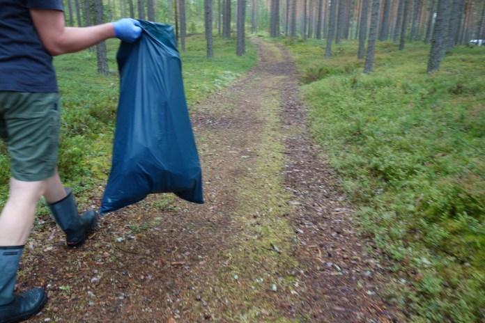 Weg zurück mit vollem Müllsack