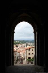 Mitten in der Kathedrale geht man über eine Treppe ins Helle.