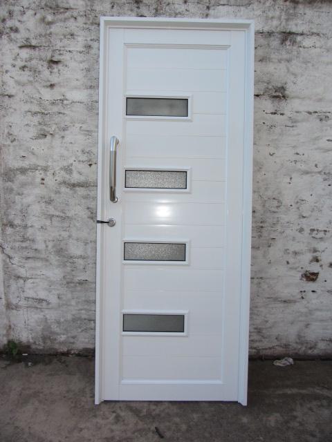 Puerta de aluminio herrero con detalles de vidrio y
