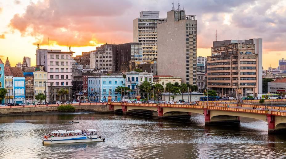Foto de ponte da cidade ao entardecer, representando abrir empresa em Recife
