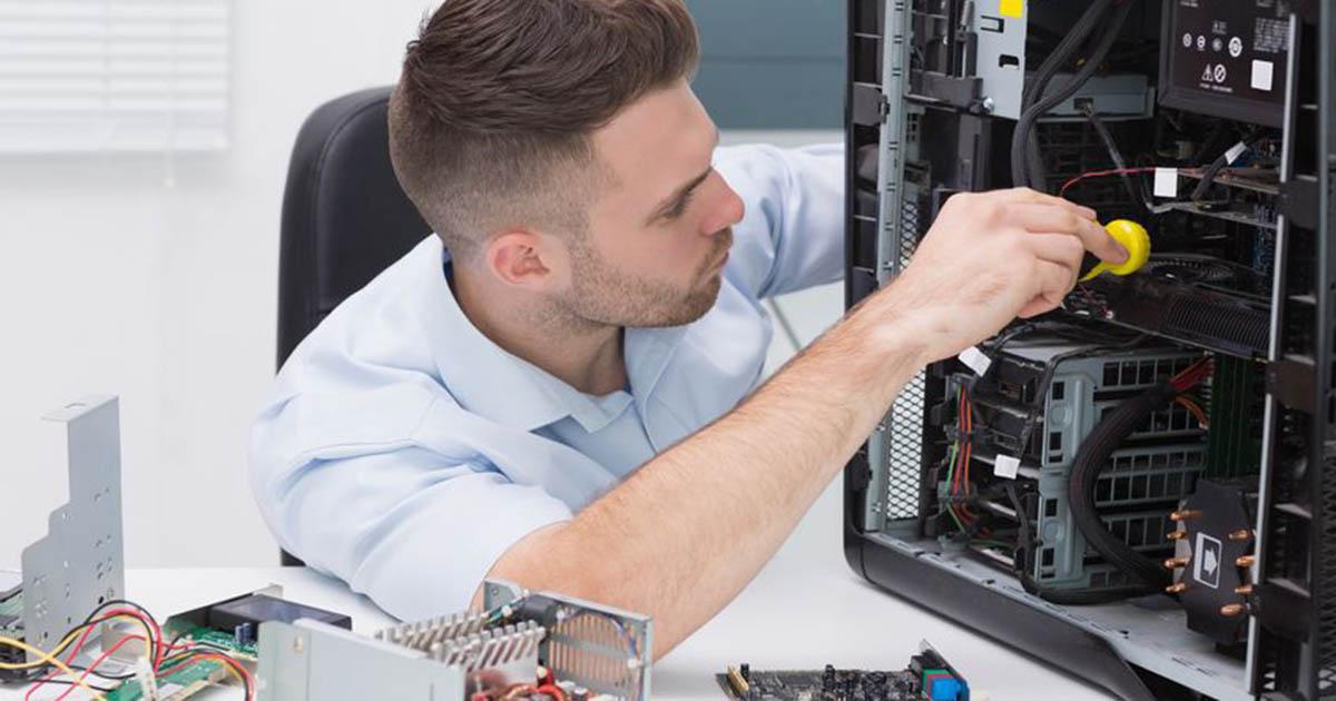Foto de um homem mexendo em um computador, representando as formas de ganhar dinheiro aos finais de semana