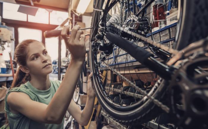 Mulher em uma bicicletaria, representando abrir uma bicicletaria - Abertura Simples