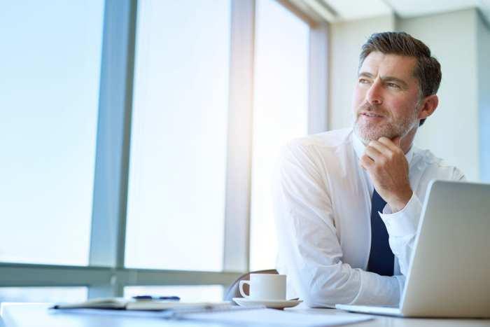 Foto de um homem de camisa e gravata, representando como empreender em Sete Quedas