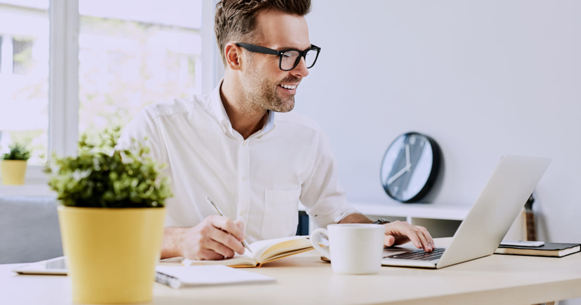 foto de um homem trabalhando, representando como ganhar dinheiro em casa