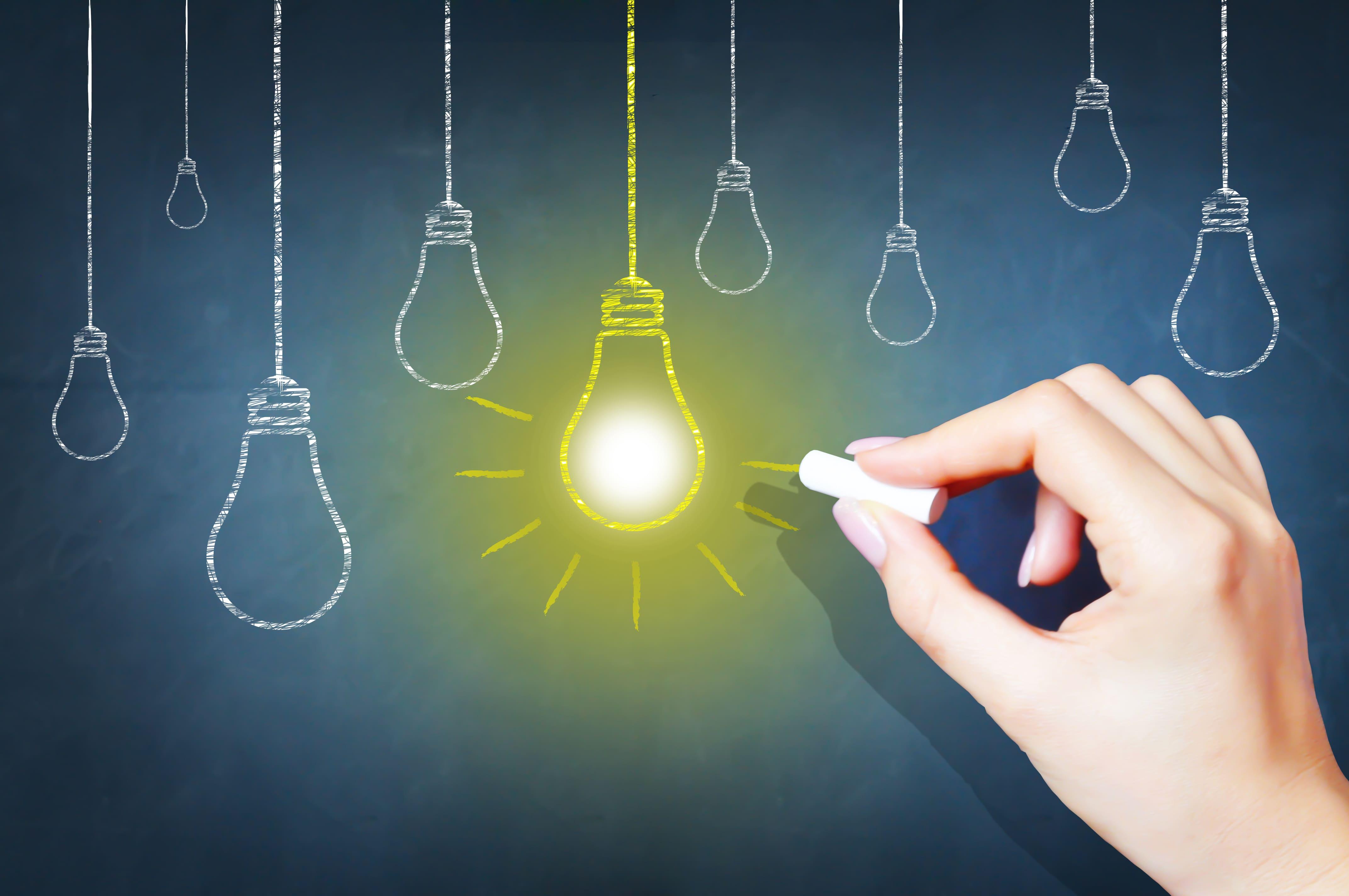 Imagem de uma lousa com uma luz desenhada para remeter a uma ideia para empreender em Novo Gama