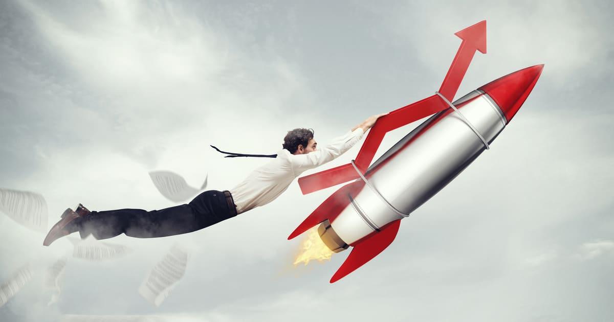 Imagem de um homem segurando um foguete para remeter como os resultados vão melhorar se o contador seguir as dicas de como impulsionar a produtividade nos escritórios contábil