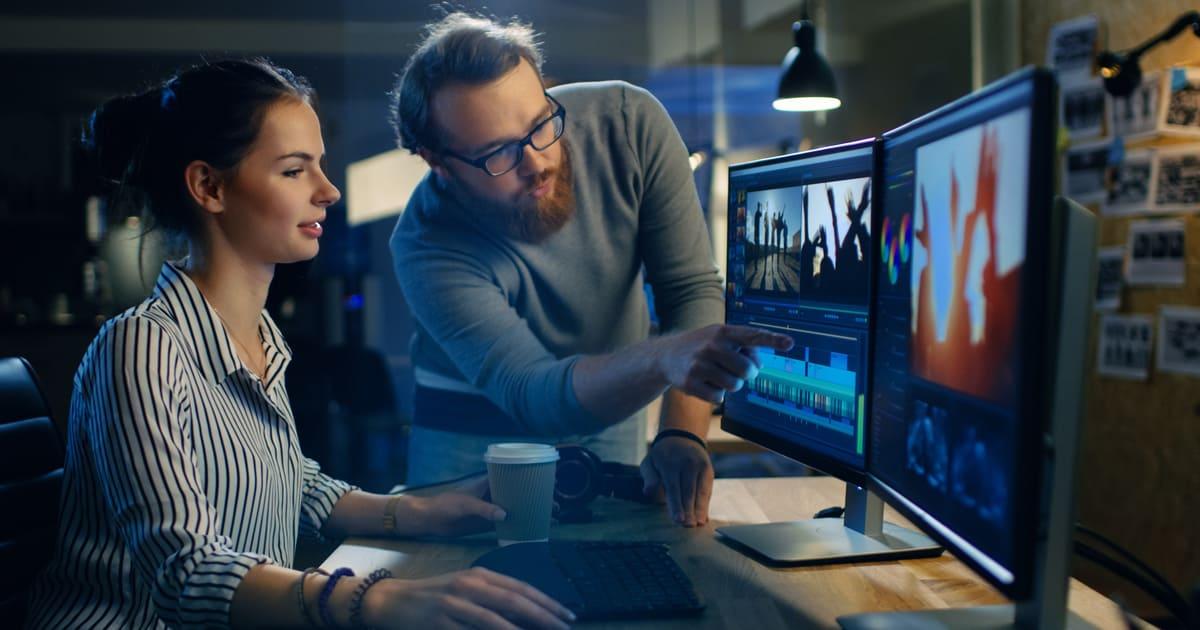 Imagem de duas pessoas editando um projeto para inspirar o empreendedor a montar um serviço de edição de vídeo
