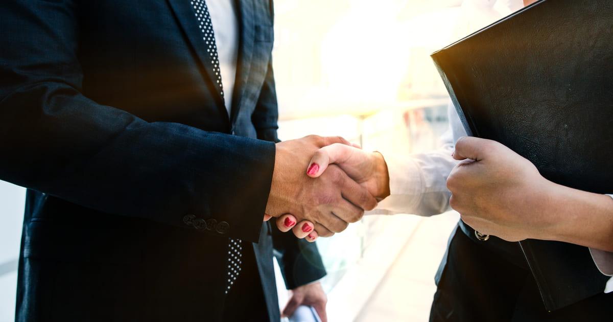 Imagem de duas pessoas apertando a mão depois que decidiram em conjunto empreender em Cidade Ocidental de Goiás