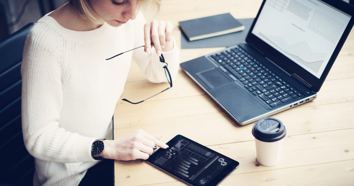 foto de uma mulher mexendo em um tablet, representando como empreender em araújos