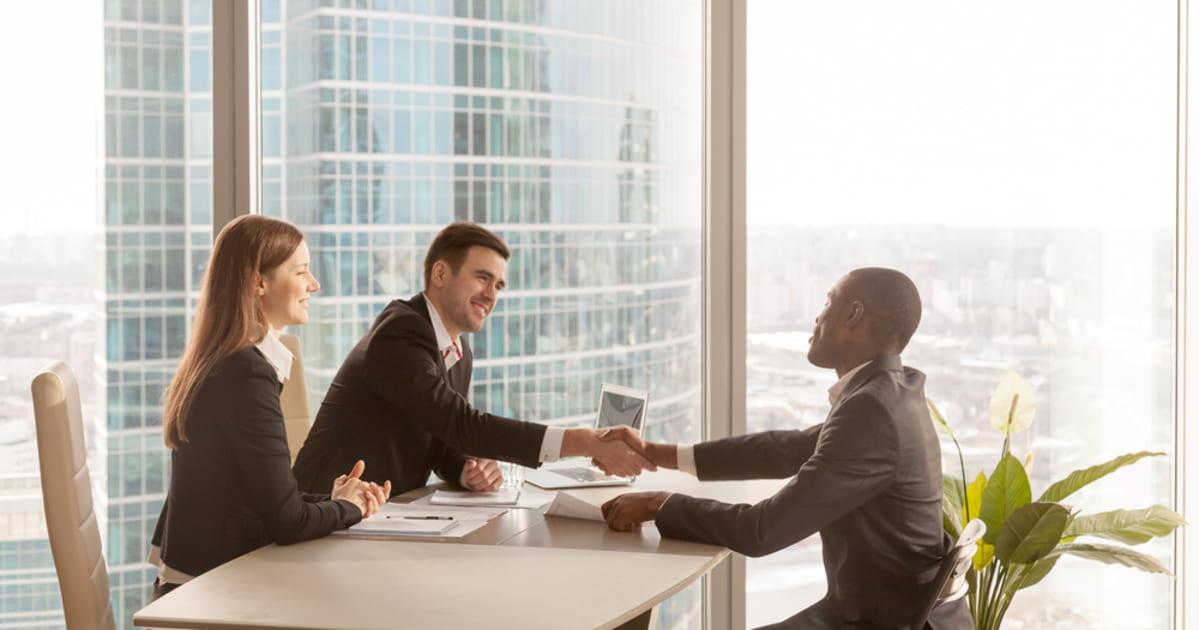 foto de pessoas fechando acordo, representando empreender em boa vista