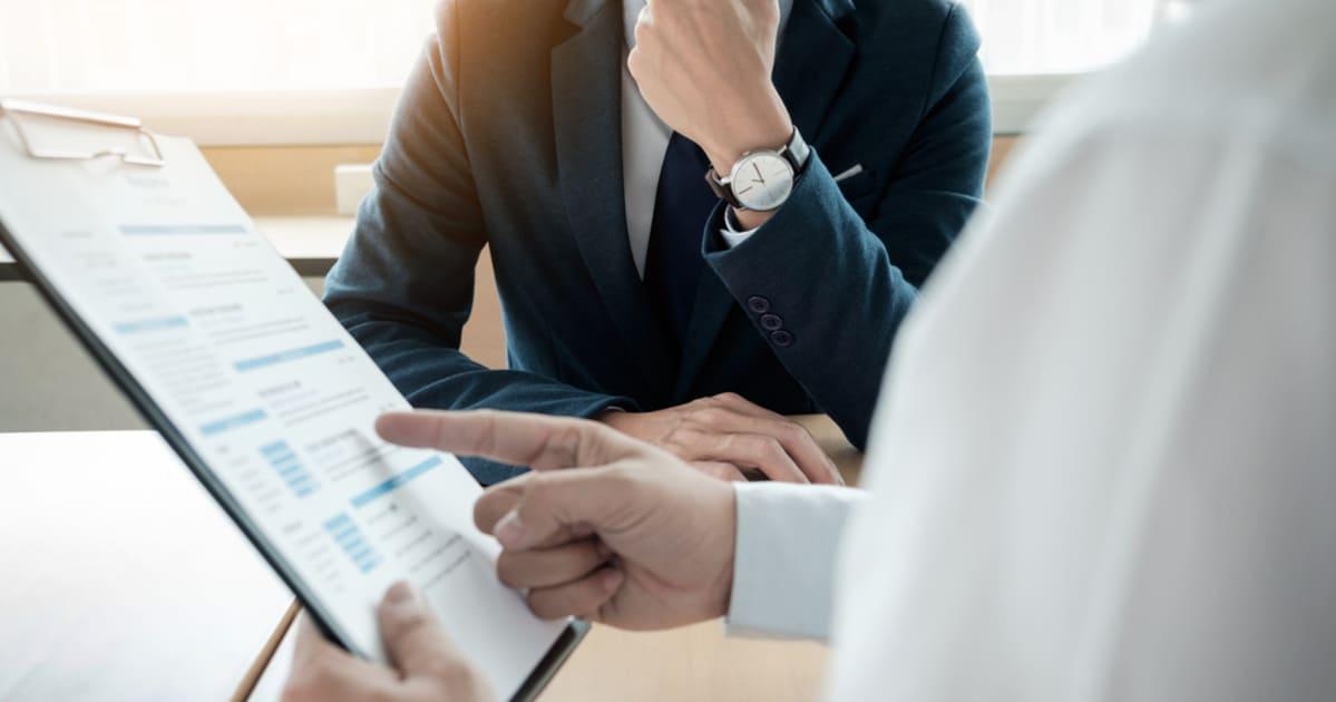 foto de dois homens negociando, representando como empreender em erechim