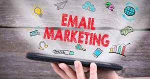 Foto de uma pessoa segurando um celular com a mensagem email marketing para remeter quem deseja utilizar o email marketing para a sua empresa