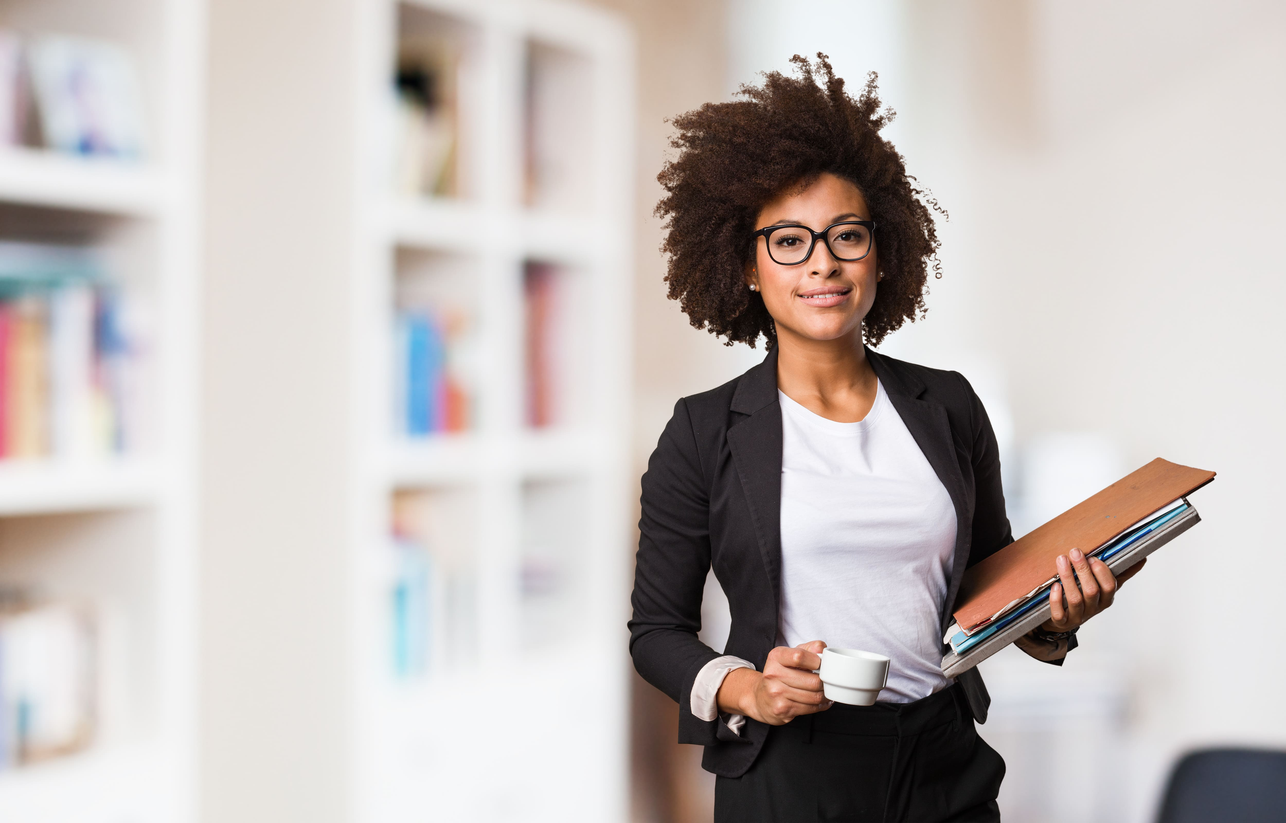 Imagem de uma empreendedora pronta para investir em franquias que custam até 50 mil