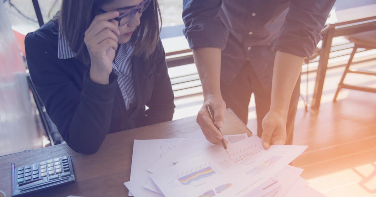Imagem de dois empreendedores avaliando como começar a empreender no belenzinho