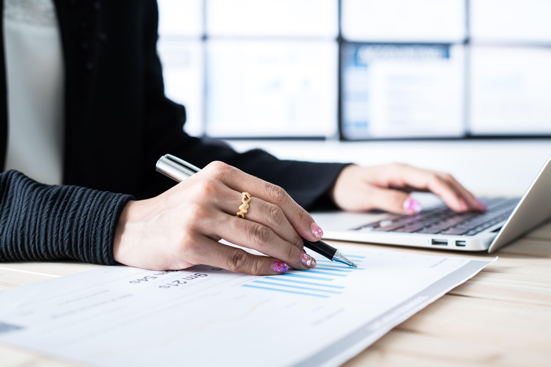 Imagem de uma empreendedora que está buscando gerir as finanças do seu negócio em tempos de crise