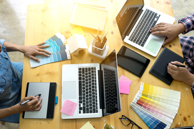Imagem de dois computadores para remeter ao espaço colaborativo que incentive jovens