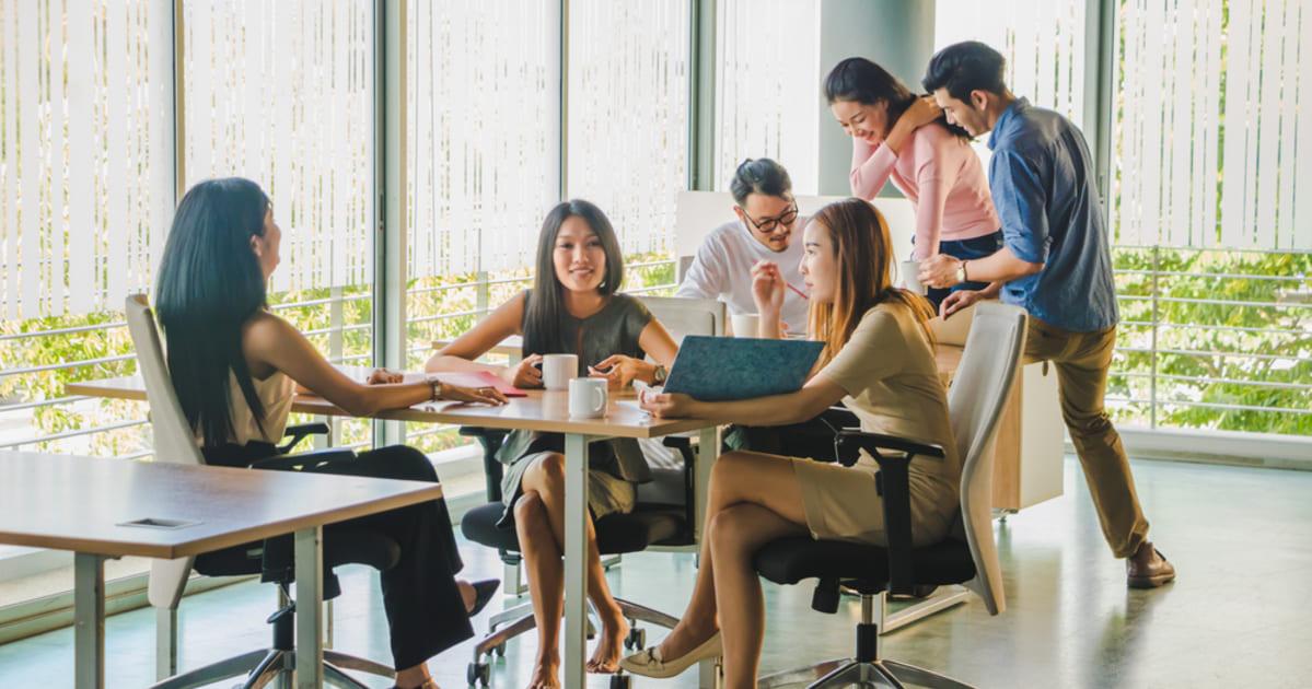 Foto de pessoas conversando, representando como empreender em Ijuí