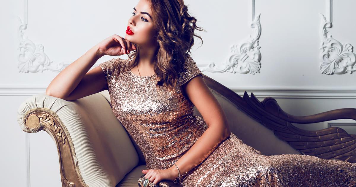 Imagem de uma menina com um vestido para remeter ao empreendedor que deseja abrir um ateliê de vestidos de festa