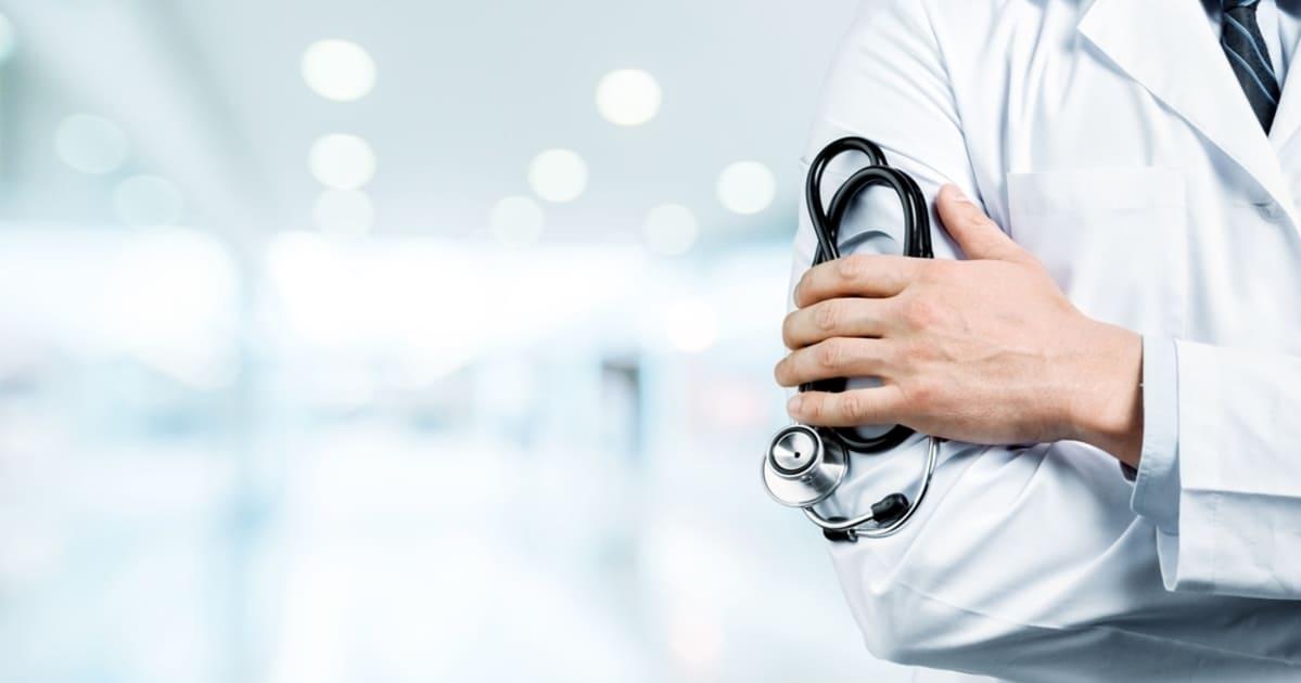 Foto de um médico segurando um estetoscópio representando a contabilidade para área da saúde