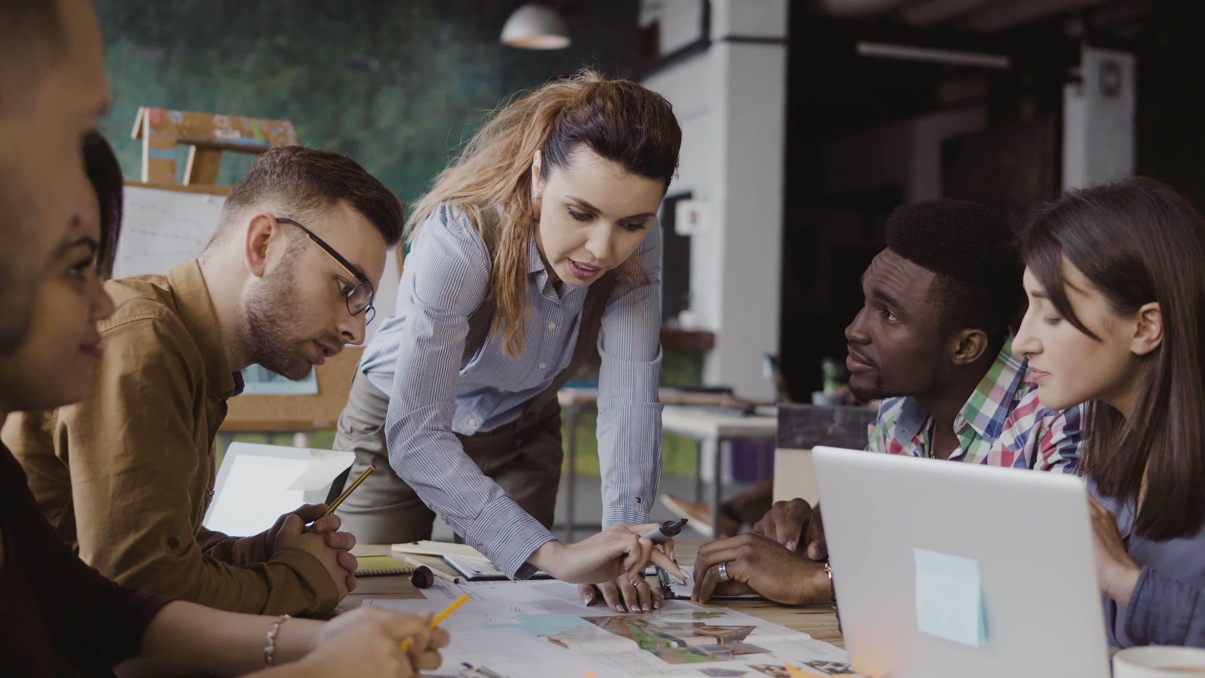 Imagem do time comercial para remeter ao texto que propõe ao empreendedor a melhorar a produtividade da equipe comercial