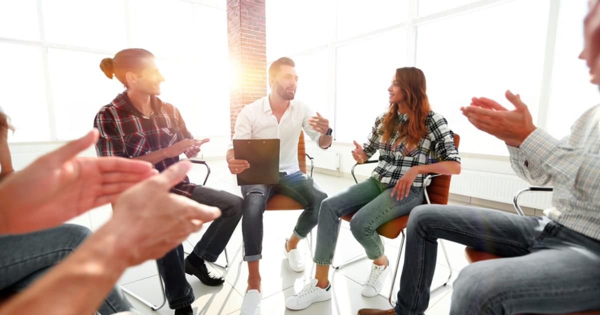 foto de pessoas em um circulo conversando, representando como empreender em Divinópolis