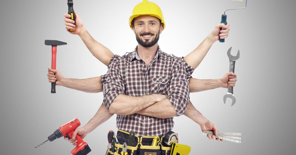 Imagem de um homem fazendo várias coisas para remeter quem deseja montar um serviço de marido de aluguel