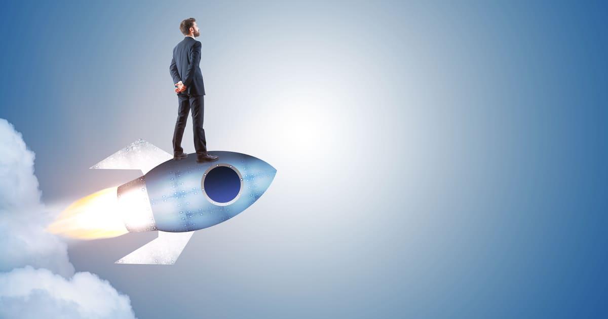 Imagem de um empreendedor em cima de um foguete para remeter ao avanço e ao texto que fala sobre as associações comerciais