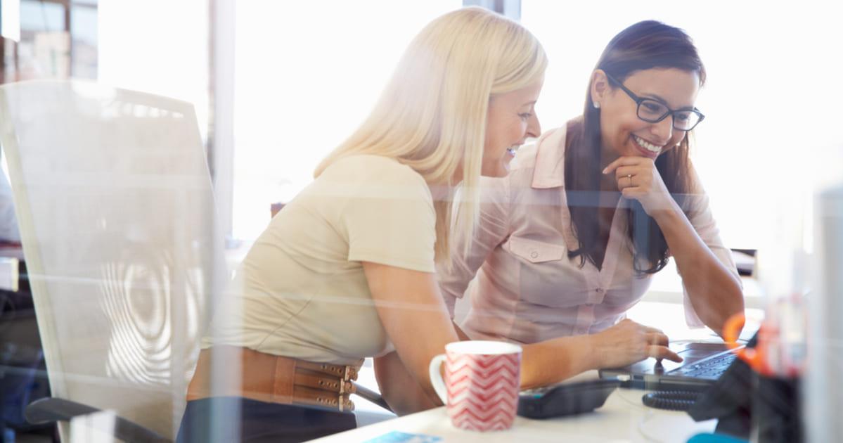 foto de duas empreendedoras conversando, representando como empreender em santo amaro