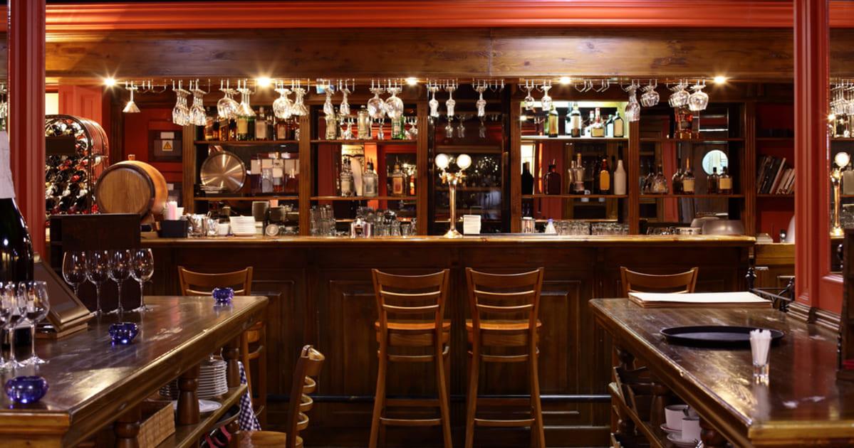 Imagem de um bar em estilo europeu representando a contabilidade para bar