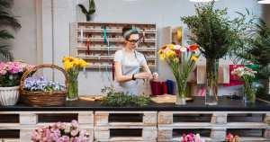 Imagem de uma mulher trabalhando em uma floricultura representando a contabilidade para floriculturas