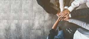 foto de pessoas com as mãos juntas, representando o sucesso ao empreender em santana