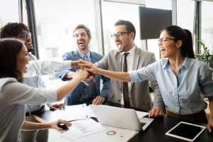 Foto de vários empreendedores reunidos e sorrindo, representando como emprender em patos de minas