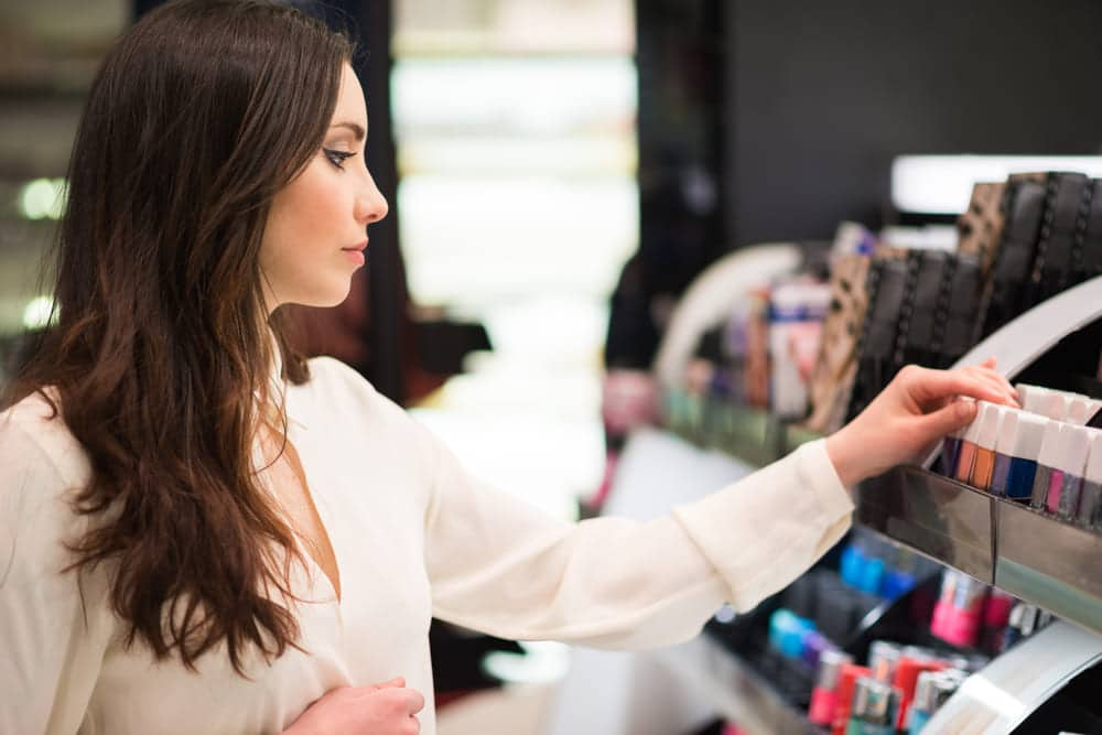 foto de uma mulher em uma loja de maquiagem