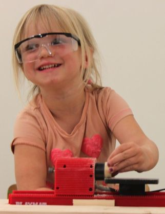 kinderfeest nijmegen kinderworkshop 5 jaar, 6 jaar, 7 jaar, 8 jaar, 9 jaar, 10 jaar 11 jaar houtbewerken creatief honig smeltkroes schuren machines machientjes zagen boren draaien hout