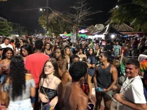 Jovens aglomerado num parada gay realizada há alguns anos em João Pessoa, Paraíba
