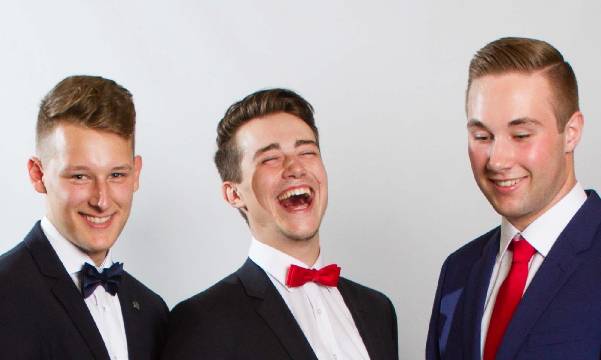 Drei junge Männer im Fotostudio beim Abiball.