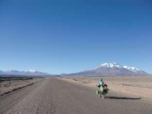 En route pour la frontière bolivienne, à peu près au niveau des volcans tout au fond... Longue ligne droite