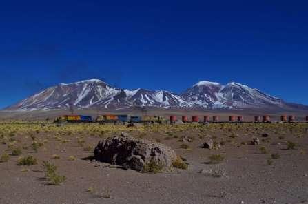 Un train qui se dirige lentement vers la frontière, une ligne magnifique entre salars et volcans; pas de passagers, dommage: ils auraient le temps d'admirer le paysage, le train va à peine plus vite que nous...