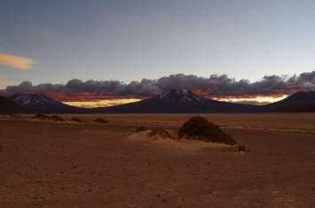 Magnifique coucher de soleil sur les volcans qui bordent le salar de Carcote.